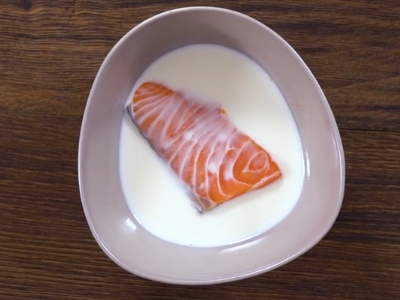 Ngâm cá trong sữa tươi để khử mùi tanh của cá