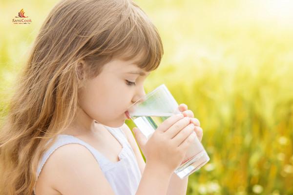trẻ có cần uống nhiều nước hay không