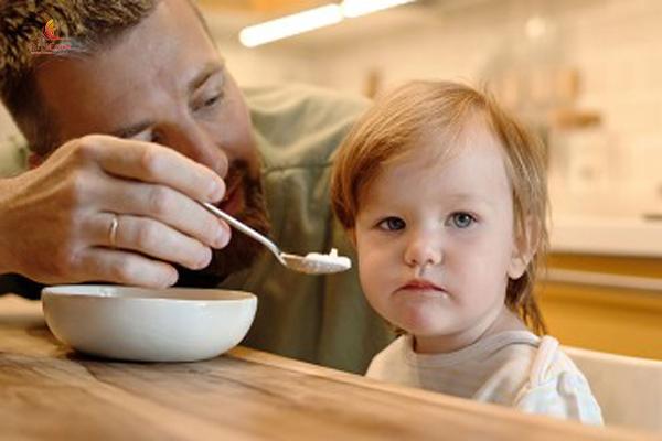 trẻ ngậm thức ăn