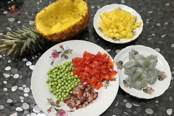 Cách làm cơm rang tôm dứa kiểu Thái
