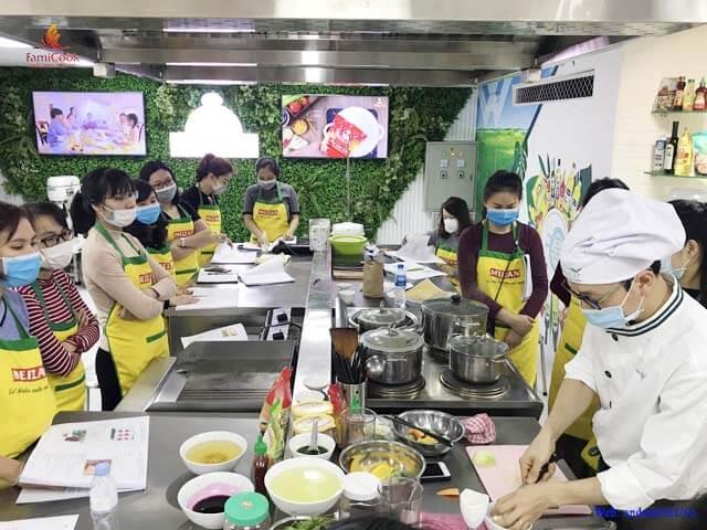 Học viên lóp học thực hành đầu bếp của con