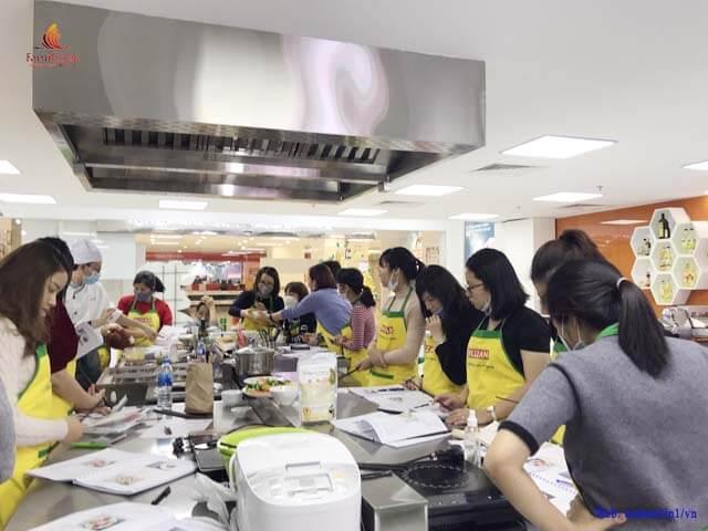 lớp học thực hành đầu bếp của con