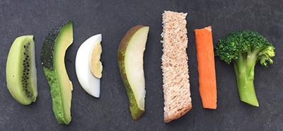 Cắt rau củ đa dạng phù hợp với khả năng ăn của con